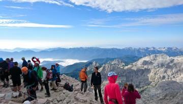 Nekaj sekund za občudovanje okolice iz vrha Triglava …